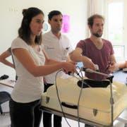 Zwei Teilnehmer am Workshop «lapraskopische Übungen» mit Panagiotis Kanellos, Oberarzt Gynäkologie. (Bild: PD, Altdorf, 25. Mai 2019)