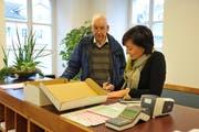 Peter Zwicky bei Einreichung des Referendums zusammen mit Landschreiberin Nicole Frunz Wallimann. (Bild: Philipp Unterschütz, Sarnen, 21. Januar 2019)