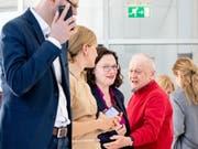 Hinter Mitarbeitern verlässt Andrea Nahles (3.v.l), Fraktionsvorsitzende der SPD und SPD-Parteivorsitzende, die Sondersitzung der SPD-Bundestagsfraktion. (Bild: Keystone/DPA/KAY NIETFELD)
