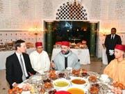 Trumps Schwiegersohn Jared Kushner (links) beim Fastenbrechen mit der marokkanischen Königsfamilie, König Mohammed VI (Mitte), Kronprinz Moulay Hassan (rechts). (Bild: Keystone/AP Moroccan Royal Palace/MOROCCAN ROYAL PALACE)