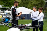 Patricia Merz (rechts) mit ihrere Ruder-Partnerin Frederique Rol (mitte) und Nationaltrainer Bill Lucas am Rotsee. (Bild: Urs Lindt/freshfocus, Luzern, 29. Mai 2019)