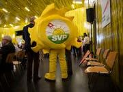 Die SVP-Sonne im Einsatz bei den Delegierten: In einer Wahlumfrage fordern fast die Hälfte der SVP-Wählenden mehr Engagement der SVP für den Klimaschutz. (Bild: KEYSTONE/GIAN EHRENZELLER)