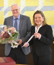 Justizdirektorin Heidi Z'graggen verabschiedet dankend Landgerichtsvizepräsident Heinz Gisler für seine langjährige Arbeit. (Bild: PD)