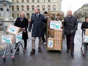 Kistenweise Unterschriften gegen die Hochpreisinsel Schweiz. Dem Bundesrat geht die Fair-Preis-Initiative jedoch zu weit. (Bild: KEYSTONE/PETER KLAUNZER)
