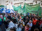 Die Demonstranten in Buenos Aires protestieren gegen die hohe Inflation, eine fallende Industrieproduktion, den Anstieg der Kosten öffentlicher Dienstleistungen sowie die hohe Arbeitslosigkeit. (Bild: KEYSTONE/EPA EFE/JUAN IGNACIO RONCORONI)