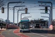 Testfahrt eines Batterie-Trolleybusses in Luzern bei der Langensandbrücke. (Bild: Boris Bürgisser, 14. März 2018)