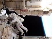 Archivbild eines ISS-Ausseneinsatzes. Dieses Mal mussten zwei Kosmonauten unter anderem die Glasscheiben an den Lichtluken reinigen. (Bild: Keystone/EPA/NASA T.V./HANDOUT)