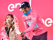 Giro-Leader Richard Carapaz kann eine weitere Champagner-Flasche öffnen (Bild: KEYSTONE/AP ANSA/ALESSANDRO DI MEO)