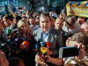 Der ehemalige georgische Präsident Michail Saakaschwili wurde am Flughafen von Kiew von Dutzenden Anhängern empfangen. (Bild: KEYSTONE/EPA/SERGEY DOLZHENKO)