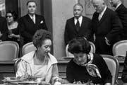 Tilo Frey (l.) und Liselotte Spreng von der FDP gehörten 1971 zu den ersten Frauen, die den Sprung in den Nationalrat schafften. (Bild: Keystone)