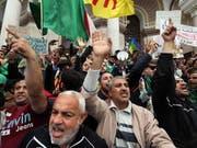 Zum letzten Mal vor dem Ramadan sind wieder Tausende in Algier auf die Strasse gegangen. (Bild: KEYSTONE/EPA/MOHAMED MESSARA)