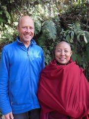 Markus Grieder zusammen mit Ani Sonam, der Seele des tibetischen Nonnenklosters in Nagi Gompa (Nepal). (Bild: PD)