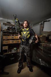 Den Helm hat Ramon Weibel in einem Keller gefunden, die Railgun hat er gebaut. (Bild: Benjamin Manser)