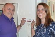 Armin Jungi und Sabrina Gohl wechseln das Namensschild zum Büro des Stadtschreibers aus. (Bild: PD)