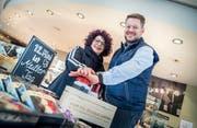 Lorena und Roger Mohn mit dem Buzzer, der jedem 125. Kunden einen Gratiseinkauf ermöglicht. (Bild: Andrea Stalder)