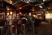 Elias Fuchs sitzt an der Bar im «Bruch Brothers». (Bild: PD/Mad Lane Fotographie)