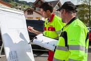 Offiziersanwärter Marco von Glutz und Pius Würsch zeichnen eine Unfalsituation auf, die sie beim Schulhaus angetroffen haben.(Bilder: Edi Ettlin, Ennetbürgen, 2. Mai 2019)