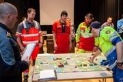Am Modell analysieren die Offiziersanwärter zusammen mit Klassenlehrer Meck Zurfluh eine komplexe Unfallsituation.