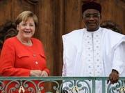 Die deutsche Kanzlerin Angela Merkel hat dem nigrischen Präsidenten Mahamadou Issoufou zugesagt, mit zusätzlichen Finanzspritzen für Sicherheit, Gesundheit und Entwicklung dabei zu helfen, dass Niger nicht in Gewalt und Instabilität abrutscht. (Bild: KEYSTONE/EPA/CLEMENS BILAN)