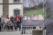 Billboards am See: Das neue Projekt des Vereins Kulturfrühling Rorschach. Erste Ausgabe mit Arbeiten von Roman Signer, welcher an der Vernissage mit Schirm anwesend ist.