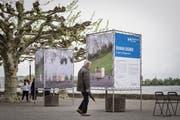 Roman Signer betrachtet seine Werke. Billboards am See: Das neue Projekt des Vereins Kulturfrühling Rorschach. Erste Ausgabe mit Arbeiten von Roman Signer, welcher an der Vernissage mit Schirm anwesend ist.