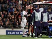Naby Keita wird von Liverpools Ärzteteam vom Platz geführt (Bild: KEYSTONE/AP/JOAN MONFORT)