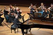 Der Pianist Jan Lisiecki mit den Festival Strings Lucerne im KKL. Bild: Fabrice Umiglia (Luzern, 2. Mai 2019)