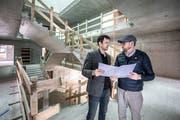 Gemeinderat Florian Spichtig (links) mit Architekt Reto Durrer auf der Baustelle. (Bilder: Pius Amrein, Schaeln, 2. Mai 2019)
