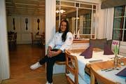 Gastgeberin Katja Fuchs in der heimeligen Gaststube im ersten Stock. (Bild: Bilder: Karin Erni)