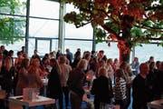 Die Gäste des Soirée-Opening geniessen das Stehdinner im Genuss-Pavillon am See, unterhalb der Rössliwiese. (Bild: PD (Zug, 2. Mai 2019))