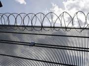 Stacheldraht auf dem Areal der Justizvollzugsanstalt in Lenzburg - in der Sicherheitsabteilung des Gefängnisses war der Prostituiertenmörder untergebracht gewesen. (Bild: Keystone/WALTER BIERI)