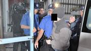 Mörder Tobi B. (2011) auf dem Weg ins Bezirksgericht. Als Minderjähriger vergewaltigte, strangulierte und tötete er in Aarau eine Prostituierte. (Bild: zvg)
