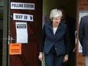 Die britische Premierministerin Theresa May nach der Stimmabgabe bei den Kommunalwahlen an ihrem Wohnort Thames Valley im Westen Londons. (Bild: KEYSTONE/AP PA/ANDREW MATTHEWS)