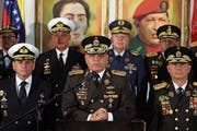 Vladimir Padrino (Mitte) bekräftigt an einer Medienkonferenz die Treue des Militärs zu Maduro. (Bild: Miguel Gutierrez/EPA (Caracas, 24. Januar 2019))