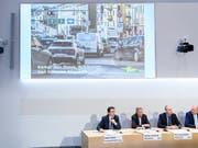 Die SVP-Spitze hat am Freitag in Bern ein neues Positionspapier zur Verkehrspolitik vorgestellt. Sie fordert, dass die Engpässe in der Verkehrsinfrastruktur beseitigt werden. (KEYSTONE/Anthony Anex) (Bild: Anex Anthony / Keystone)