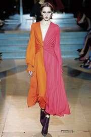 Carolina Herrera mixt Warm und Kalt: Orange und Pink. (Bild: Victor Virgile/Getty)