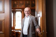 Nach 16 Jahren schliesst Regierungsrat Köbi Frei die Tür des Kantonsratssaales ein letztes Mal. Bild: Ralph Ribi
