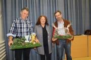 Sonja Wiesmann verabschiedet Gemeinderat Marcel Frei und Werner Hugelshofer aus der Rechnungsprüfungskommission. (Bild: Manuela Olgiati)