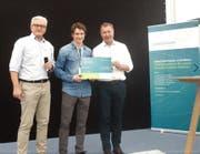Othmar Filliger (rechts) übergibt den «Zinno-Ideenscheck» Dr. Reto Kaul von sublimd GmbH. Bruno Imhof, Geschäftsführer ITZ und Programmleiter «zentralschweiz innovativ» (links). (Bild: PD)