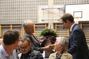 Gemeindepräsident Andreas Opprecht bedankt sich bei Rösli Wäfler, die über 23 Jahre dem Wahlbüro angehört hat. (Bild: Hannelore Bruderer)