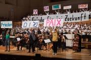 Jugend-Demo im KKL: Chor und Theatertruppe der Kanti Reussbühl mit Klangwerk und Orchester Santa Maria. (Bild: Boris Bürgisser, 29. Mai 2019)
