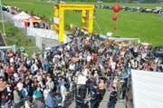 Schon vor 10 Uhr war die Menschenmenge vor dem Eingang riesig. (Bild: Matthias Piazza/NZ, 30. Mai 2019)