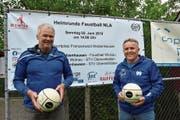 Richard Meyerhans und Rolf Schmid vor dem Matchplakat auf der Franzenweid. (Bild: Lukas Pfiffner)
