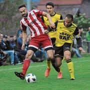 Der Sarner Mittelfeldstratege Tiago Lopes Almeida (am Ball) behauptet sich hier im Zweikampf gegen den Altdorfer Calderon Mavembo (rechts). (Bild: Urs Hanhart (Altdorf, 29. Mai 2019))