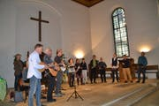 Die «Schlorzi-Musig» (links) und die A-Capella-Formation «Wase-Musig» beim gemeinsamen Auftritt in der reformierten Kirche Alt St.Johann. (Bild: Adi Lippuner)