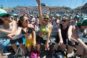 Die Turnerschar feiert auf der Tribüne vor der Wettkampf-Bühne am Eidgenössischen Turnfest in Biel vor sechs Jahren ausgelassen. Für den Campingplatz gelten andere Regeln. (Keystone/Gian Ehrenzeller, Biel, 16. Juni 2013)