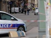 Der mutmassliche Täter des Paketbombenanschlags im französischen Lyon vom vergangenen Freitag hat ein Geständnis abgelegt. Gemäss Justizangaben gestand der 24-jährige, der Terrormiliz Islamischer Staat (IS) die Treue geschworen zu haben. (Bild: KEYSTONE/EPA/ALEX MARTIN)
