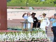 Indiens Premierminister Narendra Modi hat am Donnerstag vor dem Amtssitz von Staatspräsident Ram Nath Kovind in der Hauptstadt Neu Delhi den Amtseid abgelegt. (Bild: KEYSTONE/EPA INDIAN PRESS INFORMATION BUREAU)