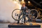 Frank Zappa (Aaron Hitz) spielt Fahrrad. Also als Instrument. Und das klingt ziemlich gut. (Bild: Ingo Höhn/Luzerner Theater)