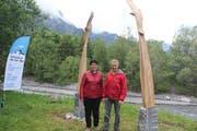 Lucia Lauener-Zwyer und Bildhauer Hans Gisler vor der Skulptur «Flying Eagle». (Bild: Paul Gwerder, Attinghausen, 29. Mai 2019)